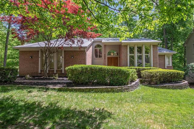 6329 Mission Dr, West Bloomfield, MI 48324 (MLS #R2200035945) :: Berkshire Hathaway HomeServices Snyder & Company, Realtors®