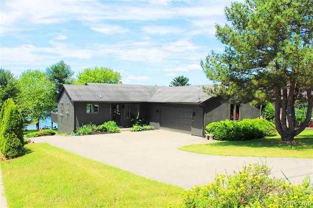7633 Parkwood Dr, Fenton, MI 48430 (MLS #R2200075436) :: Berkshire Hathaway HomeServices Snyder & Company, Realtors®