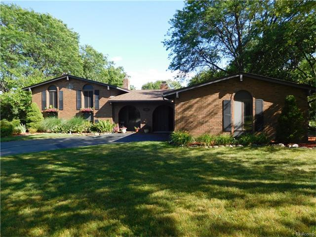 541 Lake Forest Road, Rochester Hills, MI 48309 (MLS #R217058973) :: The Toth Team