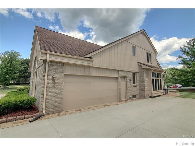 6521 Stonebridge, West Bloomfield, MI 48322 (MLS #R217079956) :: The Toth Team