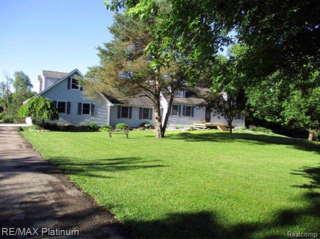 1495 Woodhaven Rd, Howell, MI 48855 (MLS #R219085010) :: The Toth Team