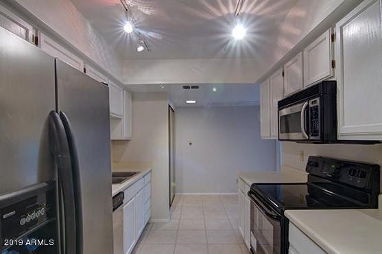 9445 N 94TH Place #202, Scottsdale, AZ 85258 (MLS #5942601) :: Homehelper Consultants