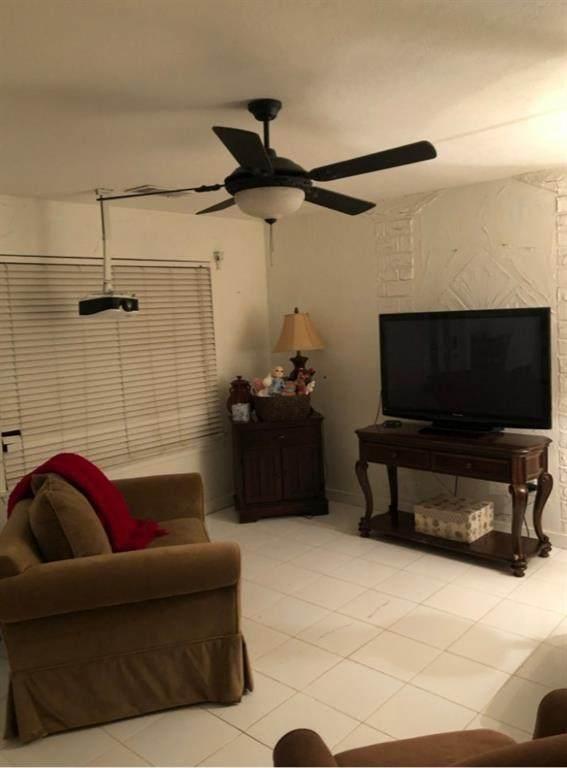 205 W Brenham St, Manor, TX 78653 (#3707567) :: Watters International