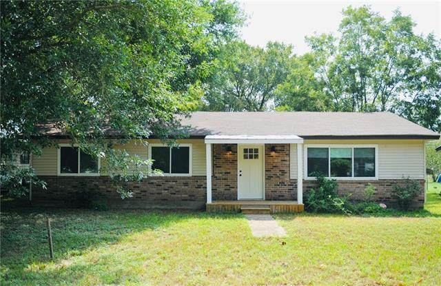 303 Harris St, Smithville, TX 78957 (#7127210) :: Lancashire Group at Keller Williams Realty