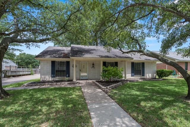 3904 Old Oaks Drive, Bryan, TX 77802 (MLS #18012412) :: The Lester Group