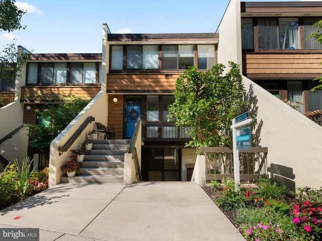 2208 S Quincy Street #1, ARLINGTON, VA 22204 (#VAAR168608) :: Debbie Dogrul Associates - Long and Foster Real Estate
