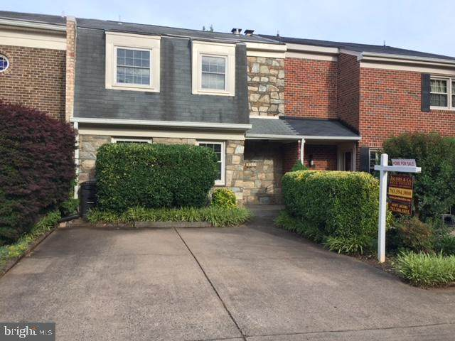 1113 Moorefield Hill Court SW, VIENNA, VA 22180 (#VAFX1188268) :: Debbie Dogrul Associates - Long and Foster Real Estate
