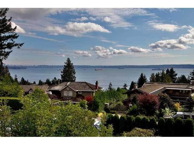 3241 Thompson Crescent, West Vancouver, BC V7N 3E6 (#R2512463) :: Initia Real Estate