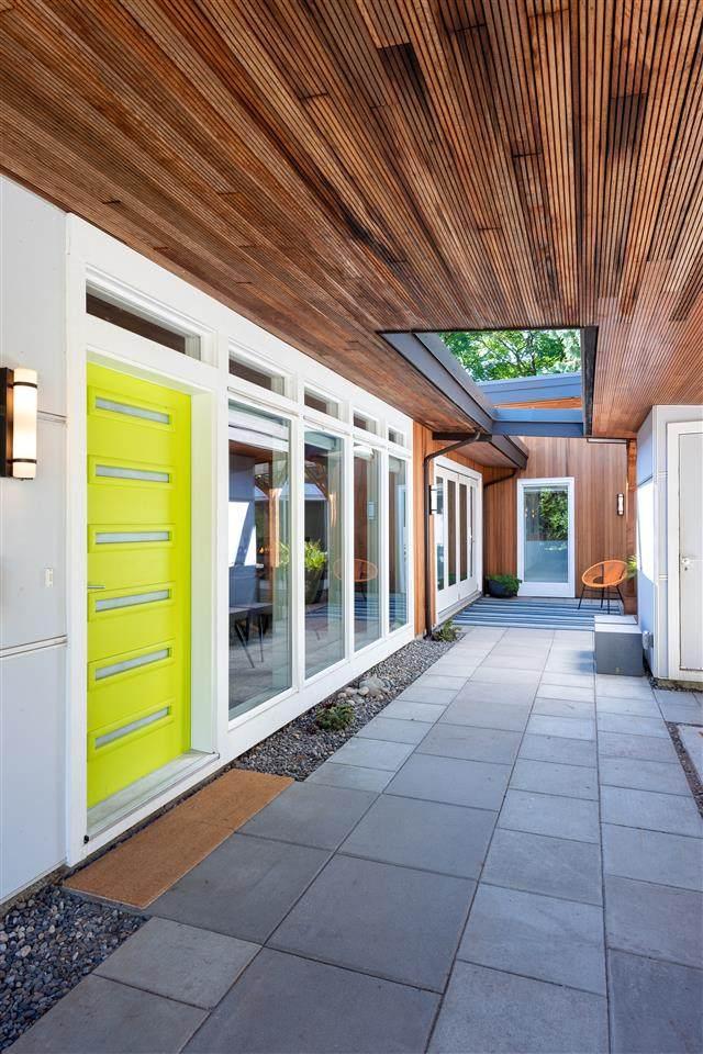 1191 E 15TH Street, North Vancouver, BC V7J 1K6 (#R2506846) :: 604 Home Group