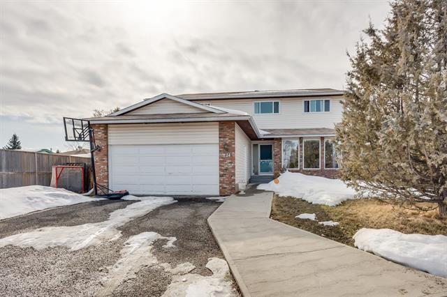 124 Woodside Bay SW, Calgary, AB T2W 3K7 (#C4177829) :: Redline Real Estate Group Inc