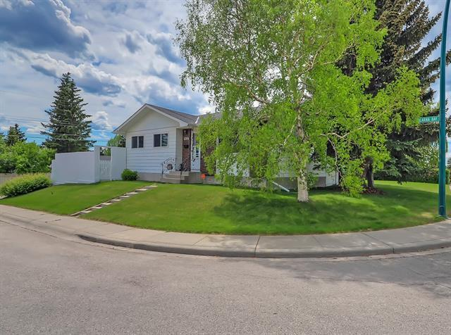 4004 Dalarna Bay NW, Calgary, AB T3A 1G9 (#C4189595) :: The Cliff Stevenson Group