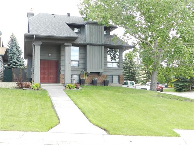 4 Coach Ridge Close SW, Calgary, AB T3H 1J1 (#C4193655) :: Calgary Homefinders