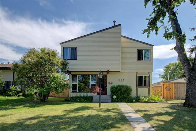 935 Pensdale Crescent SE, Calgary, AB T2A 2E9 (#C4195183) :: Tonkinson Real Estate Team