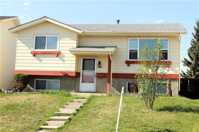 104 Castledale Crescent NE, Calgary, AB T3J 1X4 (#C4196168) :: Carolina Paredes - RealHomesCalgary.com
