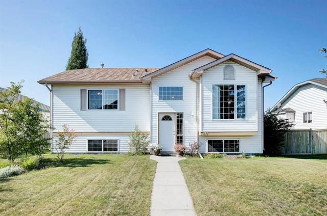 211 Quigley Drive, Cochrane, AB T4C 1T3 (#C4201141) :: Your Calgary Real Estate