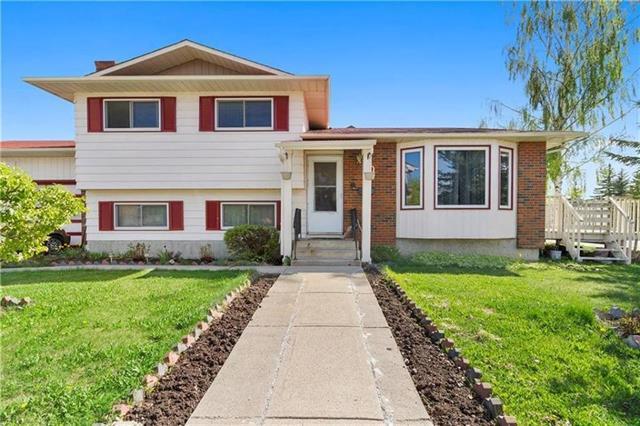 80 Castlefall Road NE, Calgary, AB T3J 1N1 (#C4206003) :: Redline Real Estate Group Inc