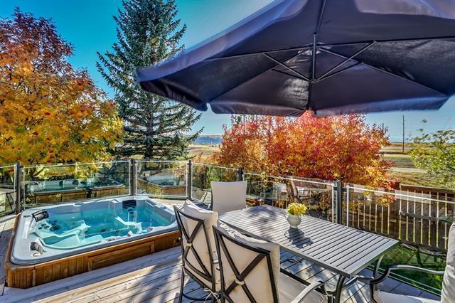 327 Wood Valley Bay SW, Calgary, AB T2W 5Y6 (#C4208737) :: Calgary Homefinders