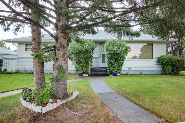 34 Tamarac Crescent SW, Calgary, AB T3C 3B6 (#C4225129) :: Calgary Homefinders