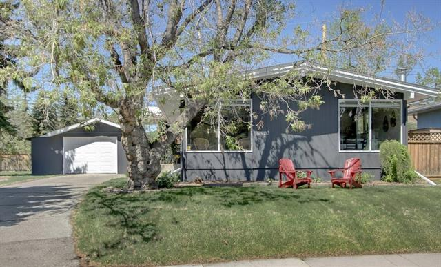 6323 Lombardy Crescent SW, Calgary, AB T3E 5R3 (#C4182251) :: Canmore & Banff