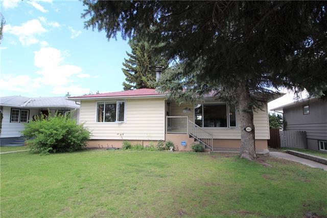 3012 Hampton Crescent SW, Calgary, AB T3E 4R2 (#C4196673) :: Canmore & Banff