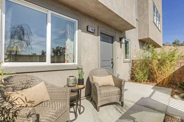 12831 Watt Lane D, Sylmar, CA 91342 (#SR19247075) :: Golden Palm Properties