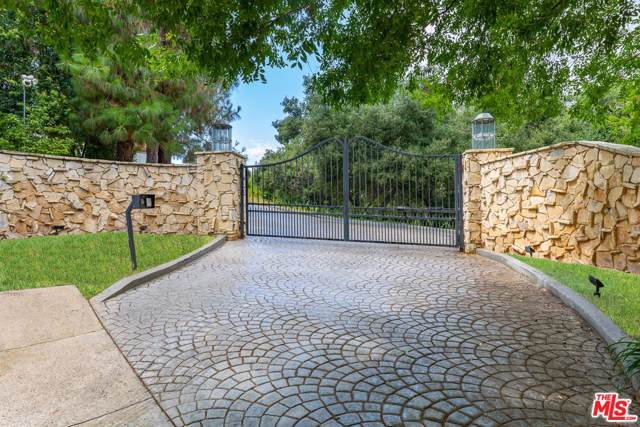 12003 Briarvale Lane, Studio City, CA 91604 (MLS #19533510) :: Hacienda Agency Inc