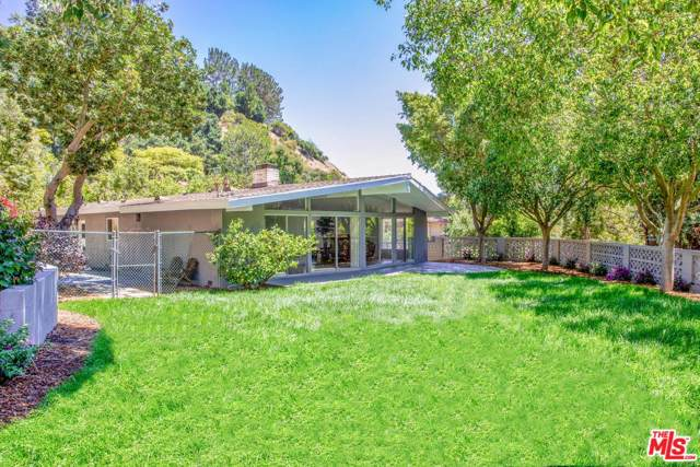 9767 Beth Pl, Beverly Hills, CA 90210 (MLS #20-545574) :: Zwemmer Realty Group
