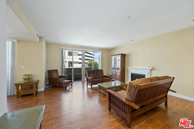 1182 E Wellesley Ave #302, Los Angeles, CA 90049 (#21-786400) :: The Grillo Group