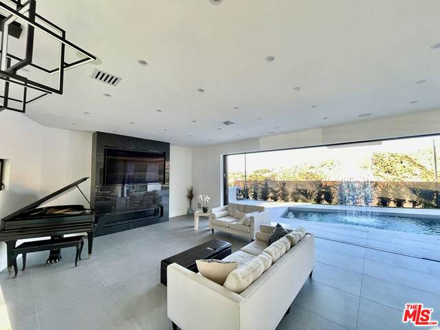1393 Casiano Rd, Los Angeles, CA 90049 (#21-786746) :: The Grillo Group