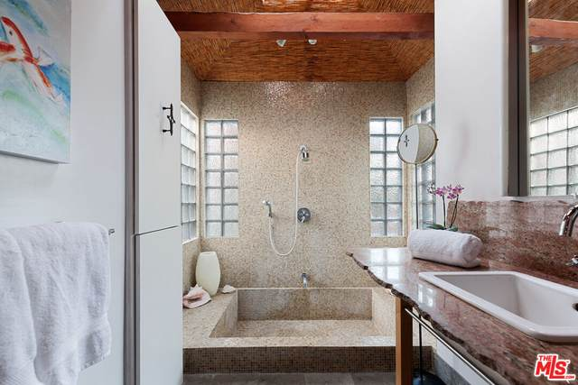 1562 S Spaulding Ave, Los Angeles, CA 90019 (#21-797818) :: Berkshire Hathaway HomeServices California Properties