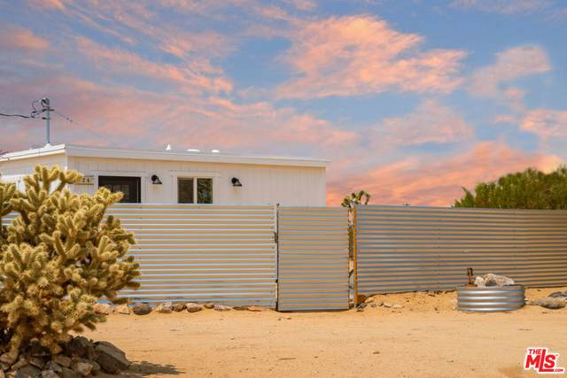724 Becker Rd, Landers, CA 92285 (#20-653862) :: Berkshire Hathaway HomeServices California Properties