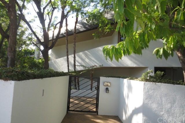 17515 Embassy Drive, Encino, CA 91316 (#SR18191585) :: Golden Palm Properties
