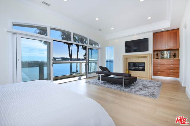 135 Via Marina, Marina Del Rey, CA 90292 (MLS #20-539670) :: Mark Wise | Bennion Deville Homes