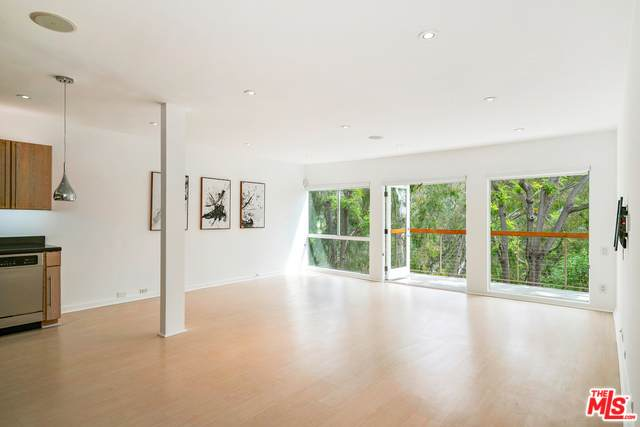 330 S Barrington Ave #304, Los Angeles, CA 90049 (#20-574120) :: The Pratt Group
