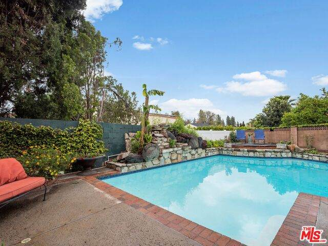 5622 Royer Ave, Woodland Hills, CA 91367 (#20-597128) :: Berkshire Hathaway HomeServices California Properties