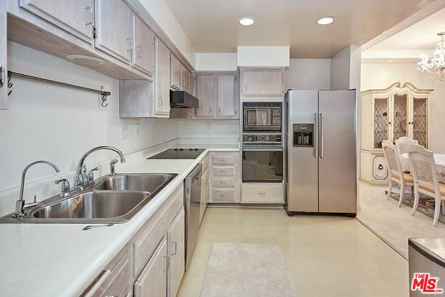 631 Wilcox Ave 2F, Los Angeles, CA 90004 (#20-612772) :: TruLine Realty