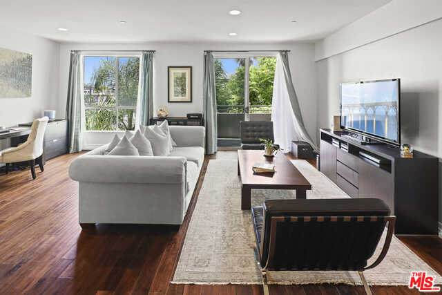 1430 S Beverly Glen Blvd #304, Los Angeles, CA 90024 (#20-636368) :: TruLine Realty
