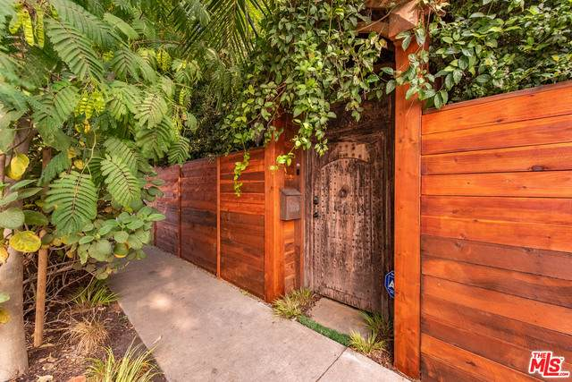 1126 Indiana Ave, Venice, CA 90291 (MLS #20-638440) :: The Jelmberg Team