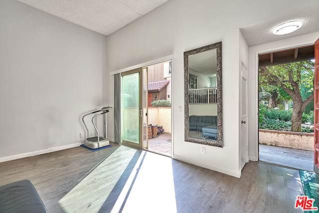 1711 Grismer Ave #19, Burbank, CA 91504 (#20-639514) :: The Pratt Group