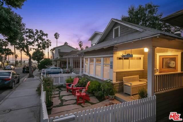 137 Hart Ave, Santa Monica, CA 90405 (#20-649644) :: The Parsons Team