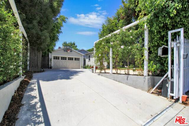 3225 Kelton Ave, Los Angeles, CA 90034 (#20-651746) :: The Pratt Group