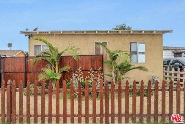 10625 Felton Ave, Inglewood, CA 90304 (MLS #20-657090) :: Hacienda Agency Inc