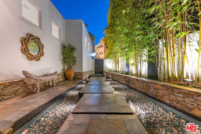 8412 Carlton Way, Los Angeles, CA 90069 (#20-671842) :: The Pratt Group