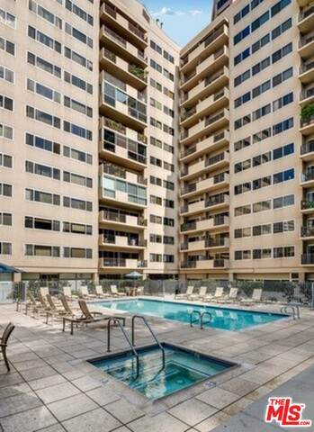 10450 Wilshire Blvd 7B, Los Angeles, CA 90024 (#21-679622) :: HomeBased Realty