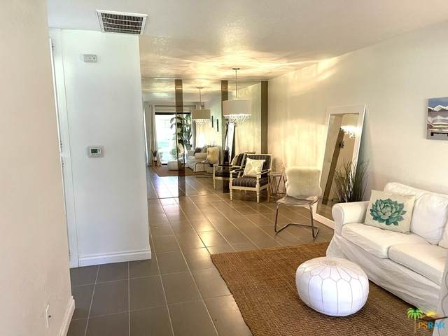 2822 N Auburn Ct E-115, Palm Springs, CA 92262 (#21-691494) :: Berkshire Hathaway HomeServices California Properties