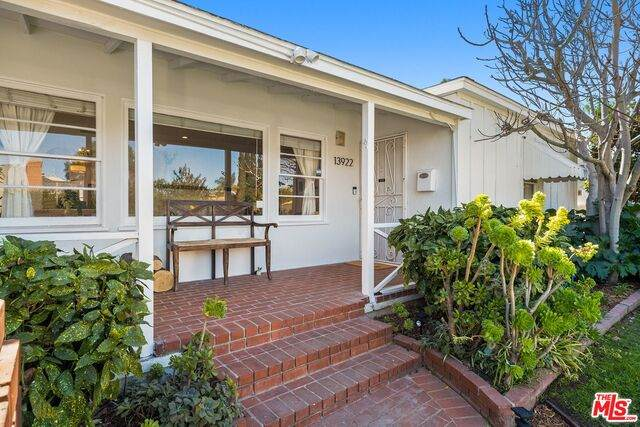 13922 Hamlin St, Valley Glen, CA 91401 (#21-694118) :: Berkshire Hathaway HomeServices California Properties