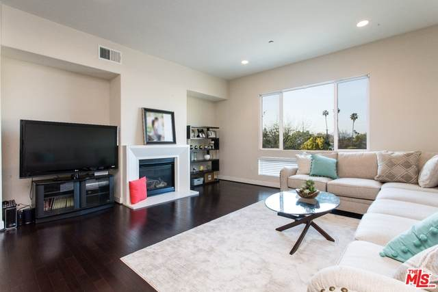 10878 Bloomfield St #301, WEST TOLUCA LAKE, CA 91602 (#21-697692) :: HomeBased Realty