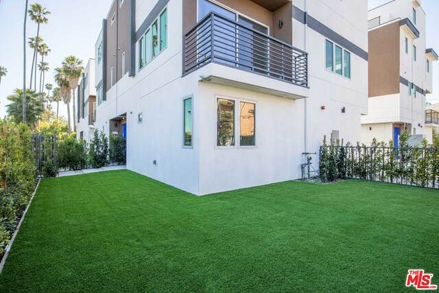 6136-1/2 Lexington Ave, Los Angeles, CA 90038 (#21-698318) :: Berkshire Hathaway HomeServices California Properties