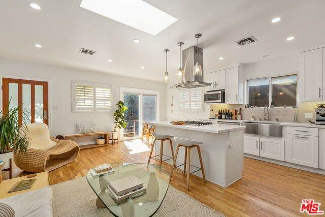 215 Venice Way, Venice, CA 90291 (MLS #21-698386) :: The Jelmberg Team