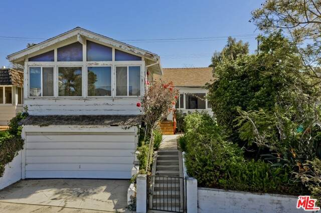 558 Mount Holyoke Ave, Pacific Palisades, CA 90272 (MLS #21-699296) :: The Jelmberg Team
